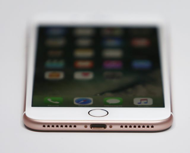 Από γυαλί το περίβλημα του νέου iPhone 8; | tovima.gr