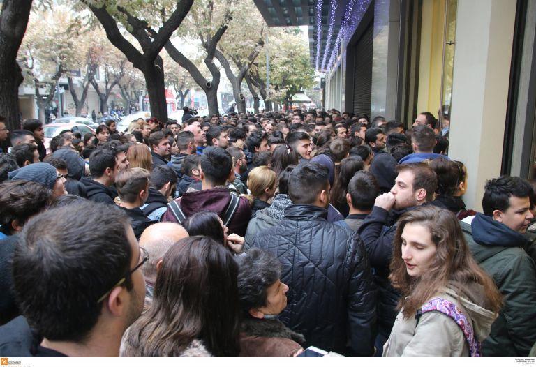 Σε ρυθμούς Black Friday Αθήνα και Θεσσαλονίκη – Ουρές στα καταστήματα από τα ξημερώματα | tovima.gr