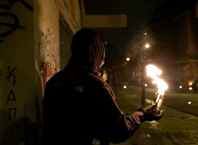 Νέες επιθέσεις με μολότοφ κατά αστυνομικών στα Εξάρχεια   tovima.gr