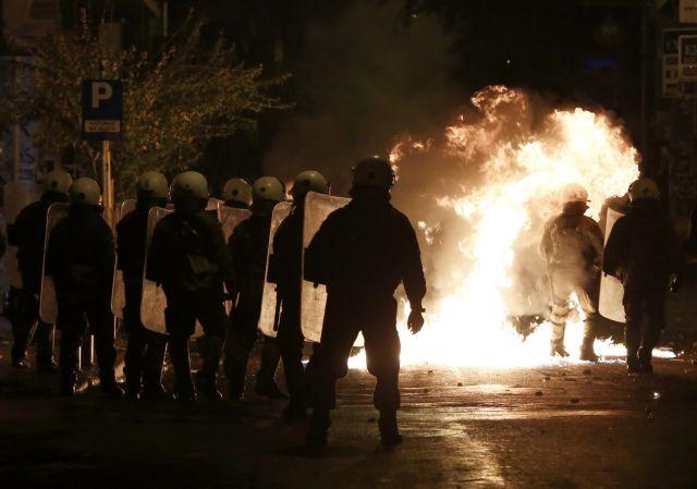 Μολότοφ και πέτρες κατά των ΜΑΤ στα Εξάρχεια | tovima.gr