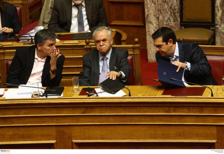 «Αερομαχίες» κυβέρνησης-θεσμών για το κοινωνικό μέρισμα | tovima.gr