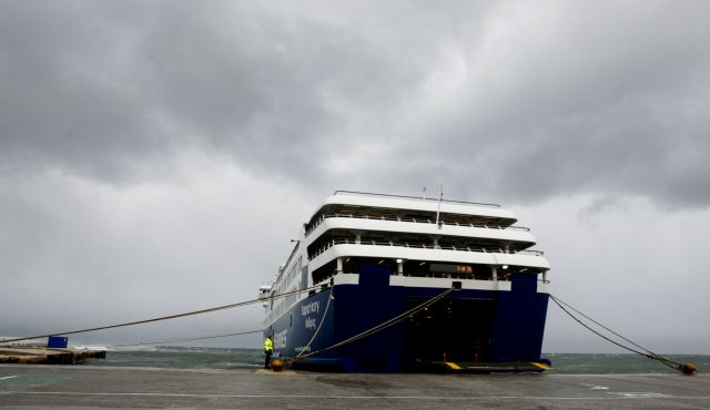 Δεμένα τα καράβια στον Πειραιά λόγω ισχυρών ανέμων | tovima.gr