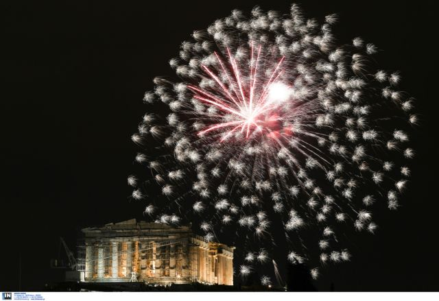 Greece welcomes 2017 with fireworks and celebrations   tovima.gr