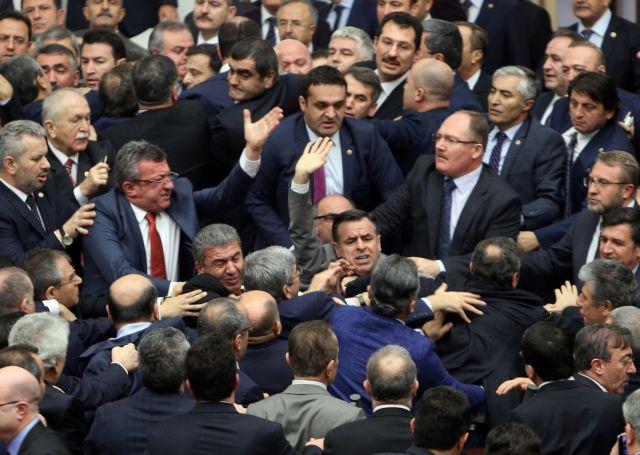 Στα χέρια για τις συνταγματικές αλλαγές οι τούρκοι βουλευτές   tovima.gr