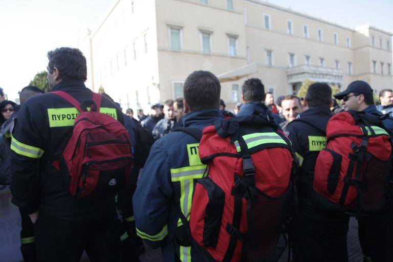 Συγκέντρωση των συμβασιούχων πυροσβεστών στο Σύνταγμα | tovima.gr