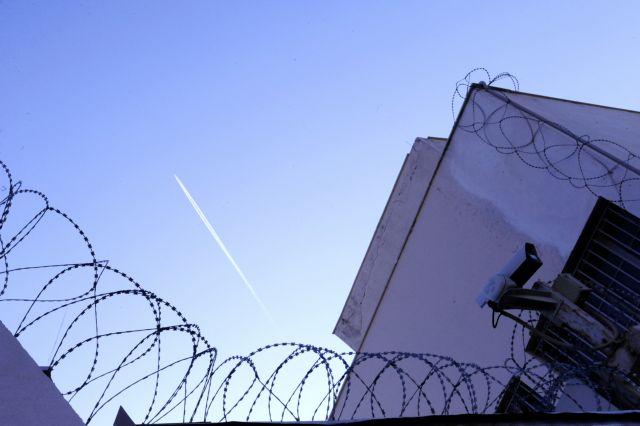 Χάπια στον φυλακισμένο πατέρα της μετέφερε 12χρονο κορίτσι | tovima.gr