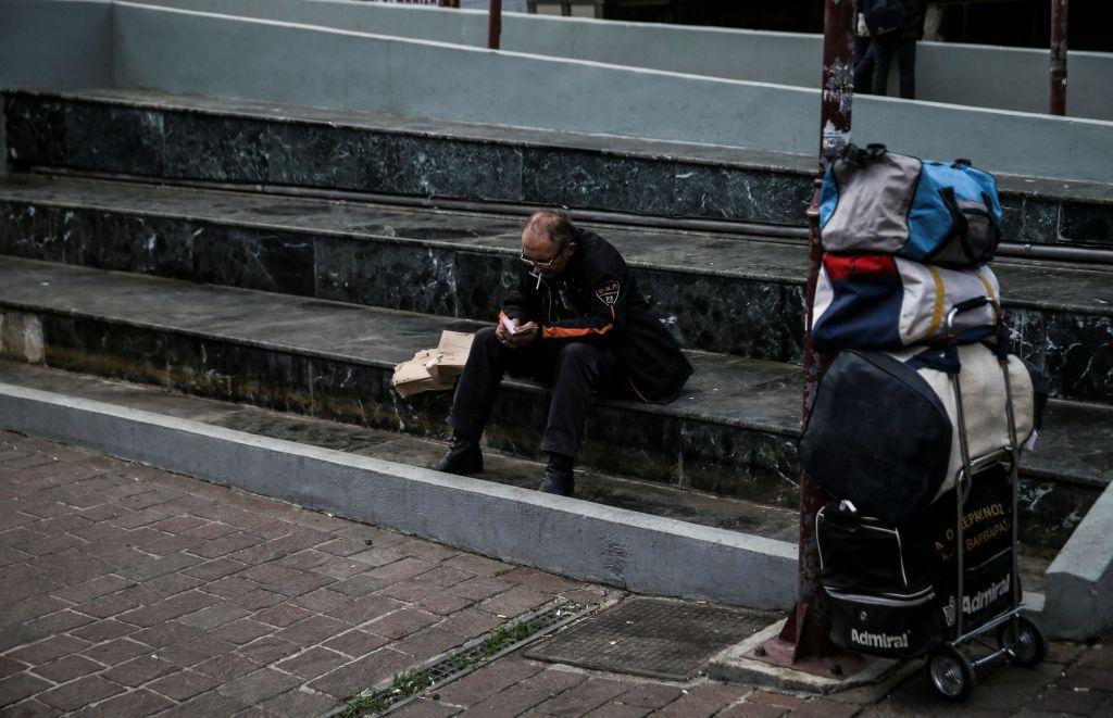 Reuters  Επτά χρόνια διάσωσης και οι Έλληνες βουλιάζουν πιο βαθιά στη  φτώχεια - Ειδήσεις - νέα - Το Βήμα Online aaa30e8e5b9