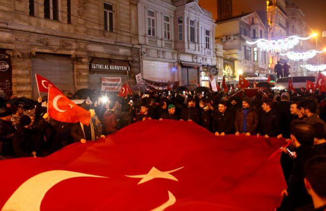 Με «σκληρά αντίποινα» προειδοποιεί την Ολλανδία η Τουρκία | tovima.gr