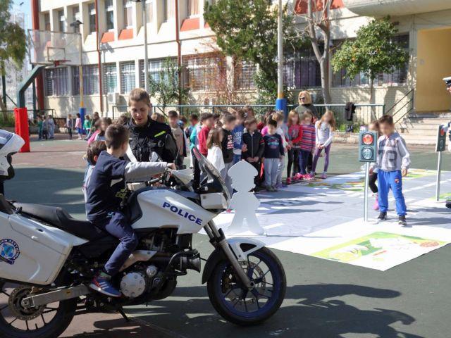Μαθήματα κυκλοφοριακής αγωγής στα σχολεία από την Τροχαία | tovima.gr