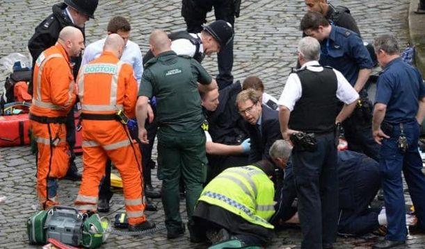 Ο Βρετανός υπουργός που προσπάθησε να κρατήσει στη ζωή τον αστυνομικό | tovima.gr