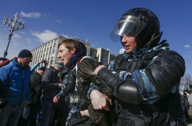 EE καλεί Ρωσία να απελευθερώσει τους διαδηλωτές   tovima.gr