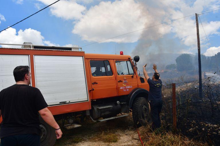 Οινόφυτα: Υπό έλεγχο η πυρκαγιά σε βιομηχανικό κτίριο | tovima.gr