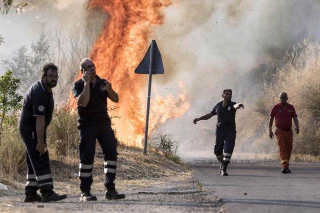 Σικελία: Εθελοντές πυροσβέστες ύποπτοι πως έβαζαν φωτιές για… το επίδομα | tovima.gr