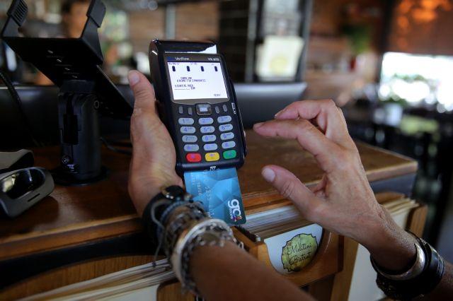 Τι ισχύει για τις προμήθειες των τραπεζών σε πληρωμές με κάρτα | tovima.gr