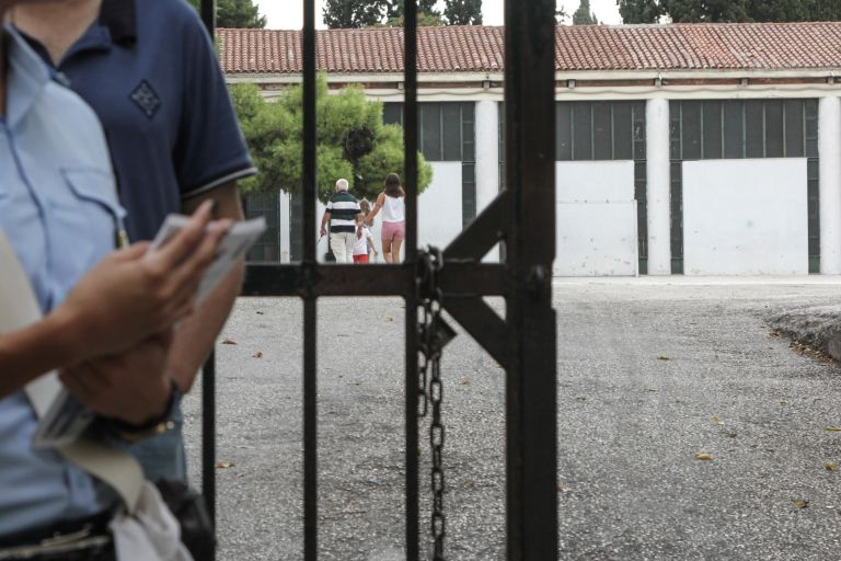 Η ΕΛΑΣ ερευνά περίεργο συμβάν έξω από δημοτικό σχολείο στο Χαλάνδρι | tovima.gr