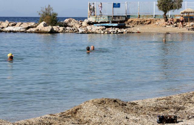 Επεκτείνεται η απαγόρευση κολύμβησης στις ακτές της Αττικής | tovima.gr