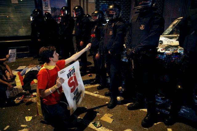 Διαδηλωτές εγκλώβισαν τους εθνοφύλακες στο ΥΠΟΙΚ Καταλωνίας | tovima.gr