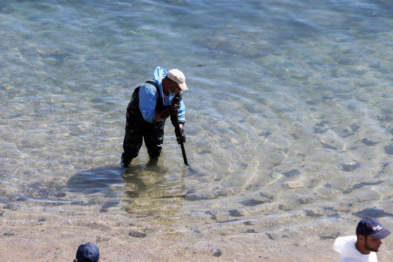 Απορρύπανση Σαρωνικού: Τι δυσκολεύει τα συνεργεία καθαρισμού | tovima.gr