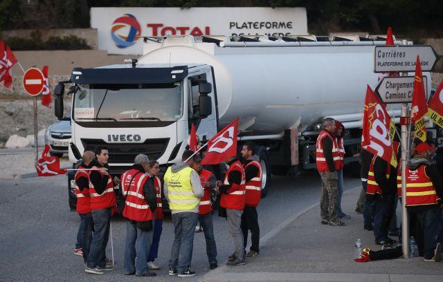 Γαλλία: Συνδικάτα εργαζομένων μπλοκάρουν τις πετρελαϊκές εγκαταστάσεις | tovima.gr