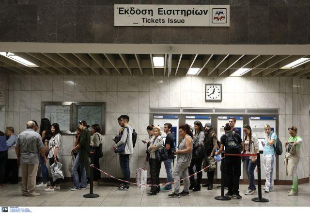 Στις ουρές οι πολίτες για τις κάρτες των μέσων μεταφοράς | tovima.gr
