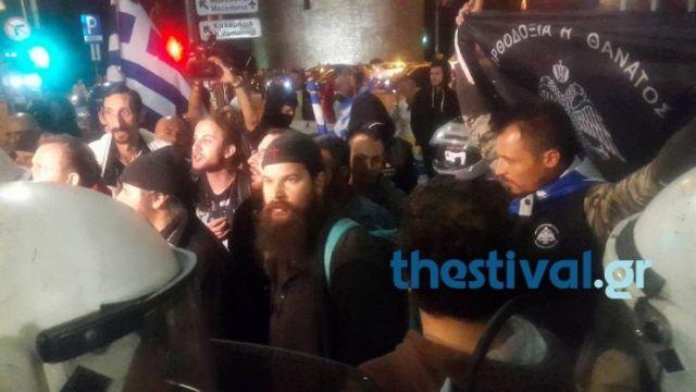 Με σημαίες και εικόνες εναντίον της παράστασης «Ώρα του Διαβόλου»   tovima.gr