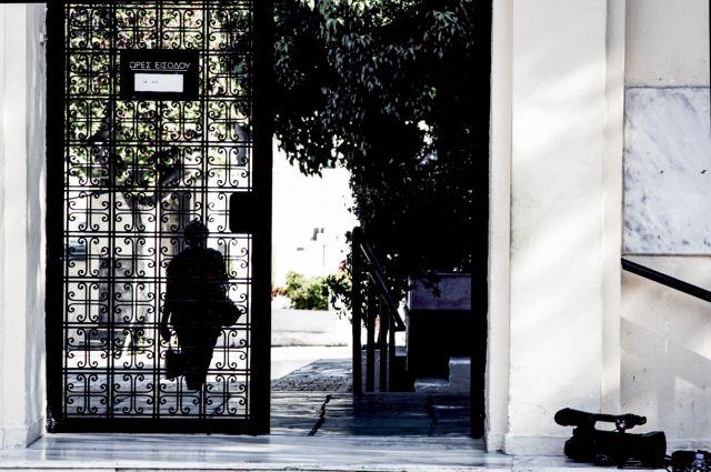 Θρήνος στο Β' Νεκροταφείο στην κηδεία της 32χρονης εφοριακού | tovima.gr