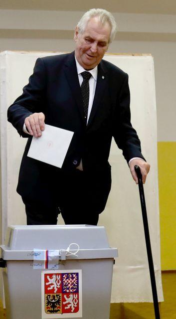 Μίλος Ζέμαν: Ο αντι-Χάβελ που διεκδικεί ξανά την προεδρία της Τσεχίας | tovima.gr