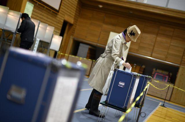 Σε εξέλιξη οι εκλογές στην Ιαπωνία εν μέσω σφοδρής κακοκαιρίας | tovima.gr