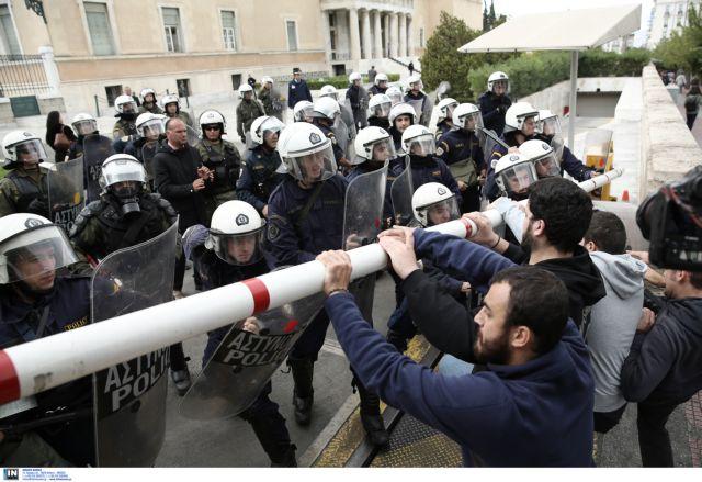 Ένταση σε πορεία φοιτητών έξω από τη Βουλή | tovima.gr