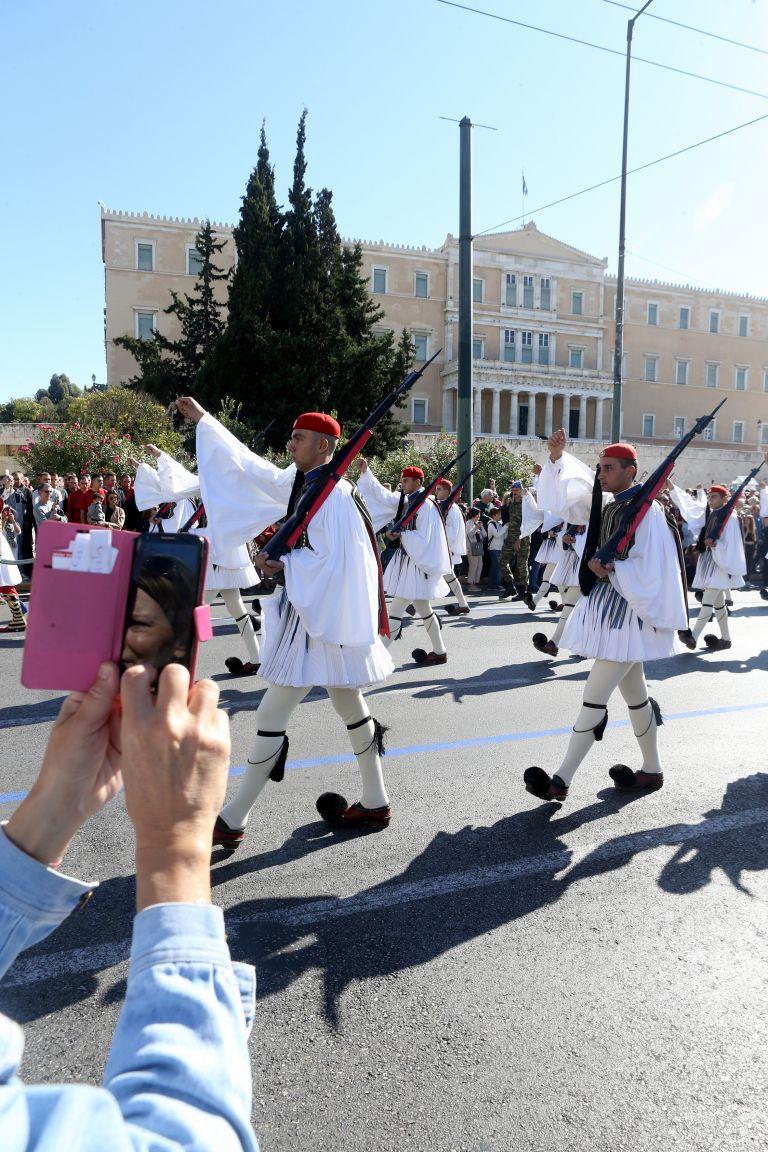 Σύλληψη «ψευτοαστυνομικού» στην παρέλαση στο κέντρο της Αθήνας | tovima.gr