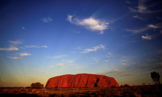Η Αυστραλία απαγορεύει την ορειβασία στο «ιερό» βράχο Uluru | tovima.gr