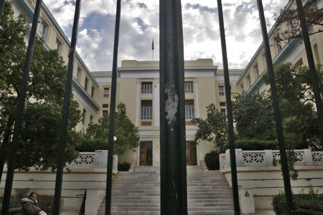 Φθορές σε ταχυδρομείο και τράπεζα δίπλα στο Οικονομικό Πανεπιστήμιο Αθηνών | tovima.gr