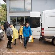 ΝΔ: Παρέδωσε είδη πρώτης ανάγκης στους πλημμυροπαθείς της Δ. Αττικής | tovima.gr