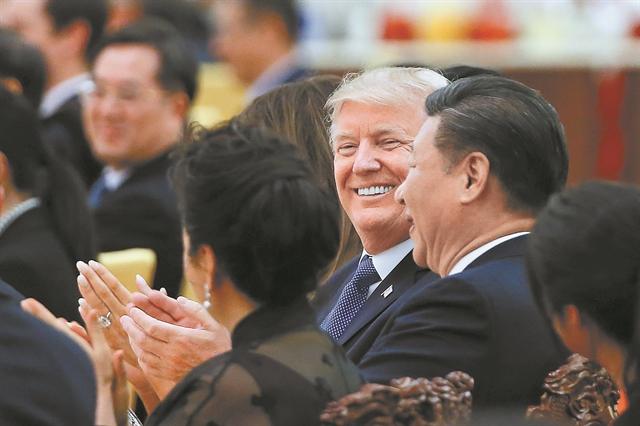 Ο Τραμπ «διώχνει» από την Κίνα τις αμερικανικές επιχειρήσεις | tovima.gr