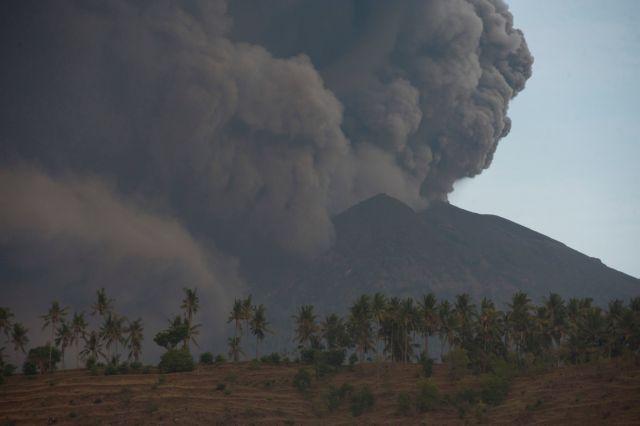 Μπαλί: Ακύρωση πτήσεων εξαιτίας του ηφαιστείου Αγκούνγκ | tovima.gr