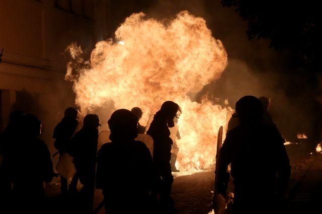 Νέες επιθέσεις με μολότοφ εναντίον ΜΑΤ στα Εξάρχεια | tovima.gr