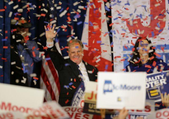 Τι σηματοδοτεί η νίκη του δημοκρατικού Ντάγκ Τζόουνς στην Αλαμπάμα | tovima.gr