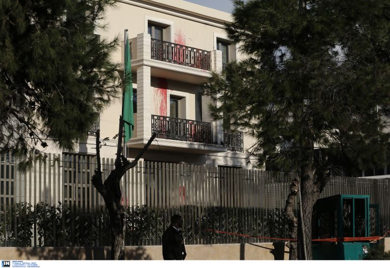 Μέλη του Ρουβίκωνα πέταξαν μπογιές στην πρεσβεία του Ισραήλ [Βίντεο] | tovima.gr
