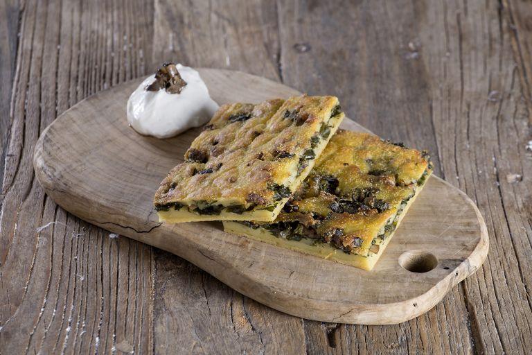 Μπλατσαριά με χόρτα εποχής, μανιτάρια, άρωμα μαύρης τρούφας και γαλοτύρι | tovima.gr