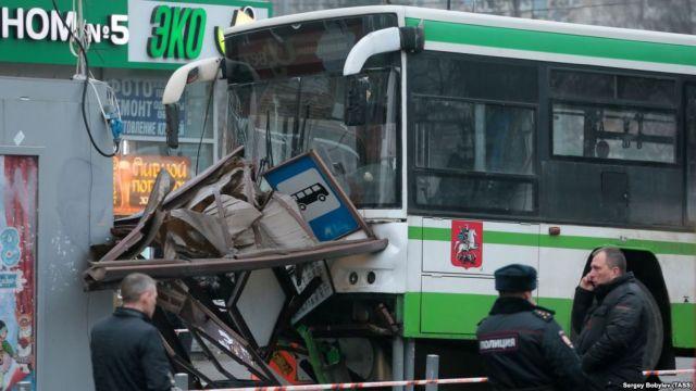 Μόσχα: Λεωφορείο έπεσε πάνω σε στάση, 3 τραυματίες | tovima.gr