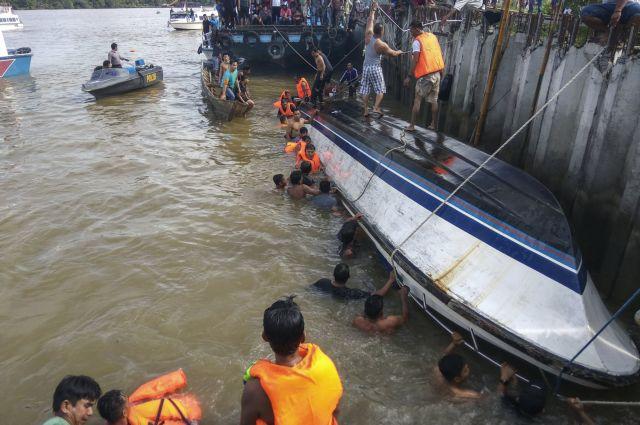 Ινδονησία: Τουλάχιστον 8 νεκροί και 13 αγνοούμενοι από ναυάγιο | tovima.gr