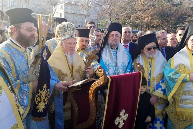 Πλήθος κόσμου στον αγιασμό των υδάτων απο τον Οικουμενικό Πατριάρχη | tovima.gr