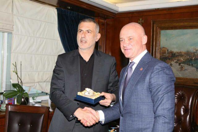 Τον δήμαρχο της Οδησσού δέχτηκε ο Μώραλης στον Πειραιά | tovima.gr
