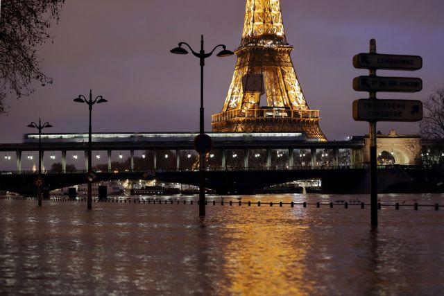 Παρίσι: «Λουκέτο» στο Λούβρο λόγω σφοδρών βροχοπτώσεων | tovima.gr