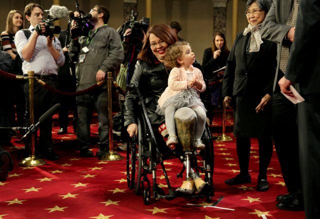 Η Τάμι Ντάκγουρθ γράφει ιστορία στην Γερουσία ΗΠΑ | tovima.gr