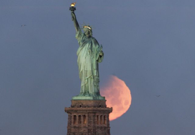 ΗΠΑ: Χιλιάδες άνθρωποι παρακολούθησαν την έκλειψη της σελήνης | tovima.gr