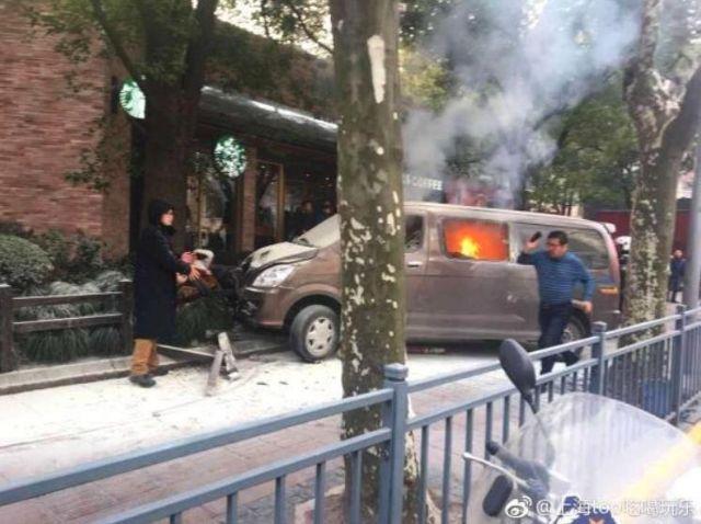 Φλεγόμενο φορτηγό έπεσε πάνω σε πεζούς στην Σαγκάη | tovima.gr