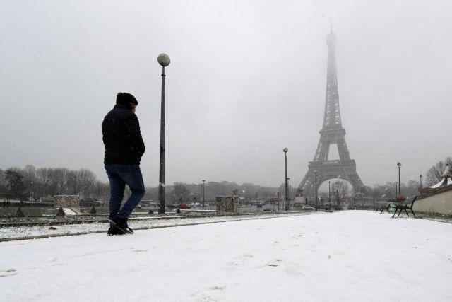 Στα λευκά το Παρίσι – Κλειστός ο πύργος του Αιφελ | tovima.gr