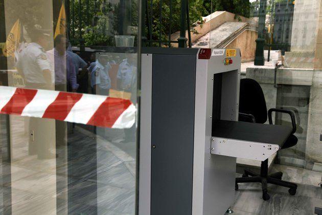 Δύο συλλήψεις με το νέο σύστημα ελέγχου στη Βουλή | tovima.gr