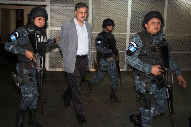 Γουατεμάλα: Συνελήφθησαν ο πρώην πρόεδρος Κολόμ και ο πρόεδρος της Oxfam για διαφθορά | tovima.gr